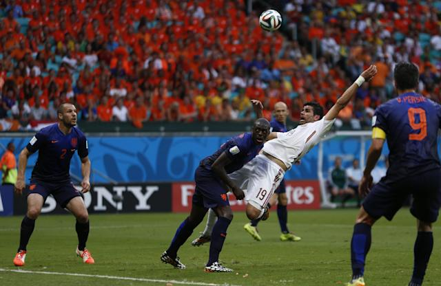 Spain's Diego Costa (in white) and Netherlands Bruno Martins Indi (C) fight for the ball during their 2014 World Cup Group B soccer match at the Fonte Nova arena in Salvador June 13,2014. REUTERS/Marcos Brindicci (BRAZIL - Tags: SPORT SOCCER WORLD CUP)