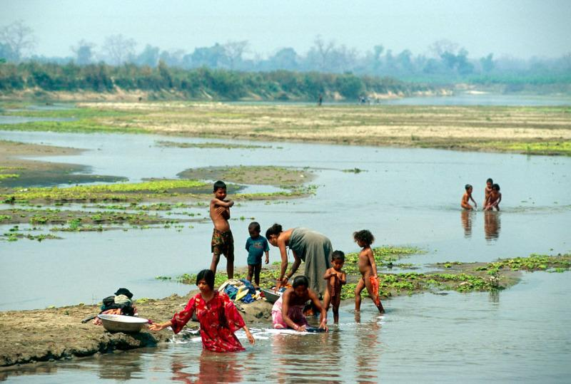 Women and children washing up clothes and bathing in the river.  Outskirts of Royal Chitwan National Park, Nepal.  © Michael Gunther/WWF-Cannon