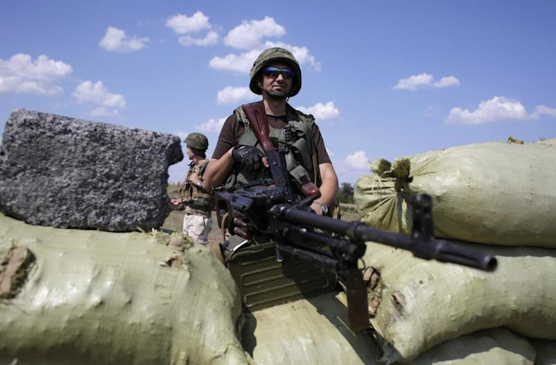 A Ukrainian soldier mans a checkpoint in the eastern city of Debaltseve, on August 6, 2014 (AFP Photo/Anatolii Stepanov)