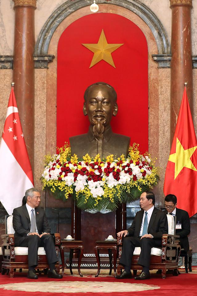 Singapore's Prime Minister Lee Hsien Loong (L) and Vietnamese President Tran Dai Quang (R) talk at the Presidential Palace in Hanoi, Vietnam 23 March 2017. REUTERS/Luong Thai Linh/Pool