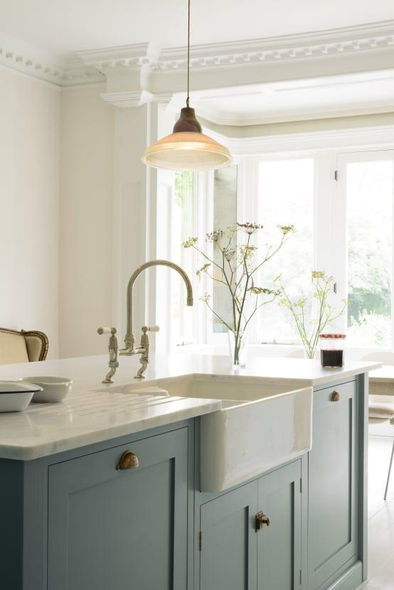 <p>Coving is one of those features that seems to get totally overlooked in a room. Yes, it is installed, to offer a smooth connection between walls and ceilings, but have you ever thought about swapping your out for something more intricate and pretty? You should, as it makes quite the statement!</p>  Credits: homify / deVOL Kitchens