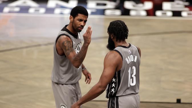 Kyrie Irving (kiri) akan berduet dengan James Harden (kanan) di NBA All-Star 2021. (AP/Adam Hunger).