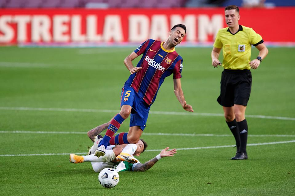 BARCELONA, SPAIN - SEPTEMBER 19: Jose Antonio 'Josan' Ferrández of Elche CF tackles Sergio Busquets of FC Barcelona during the Joan Gamper Trophy match between FC Barcelona and Elche CF on September 19, 2020 in Barcelona, Spain. (Photo by Alex Caparros/Getty Images)