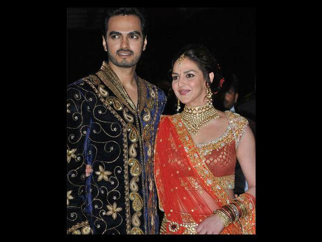 <b>3. Esha Deol </b><br>The darling daughter of Dharmendra and Hema had a starry Sangeet ceremony where Esha wore an orange Rocky S outfit while her fiancé Bharat Takhtani, wore a blue sherwani.