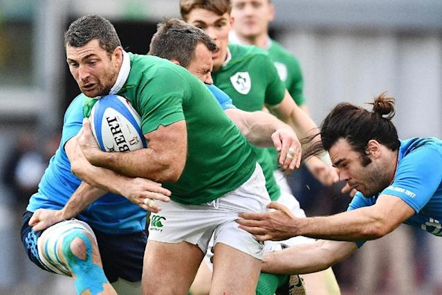 Ireland's Rob Kearney (C) will be out for several weeks after having surgery on the knee injury he suffered ahead of the England match (AFP Photo/Vincenzo PINTO)