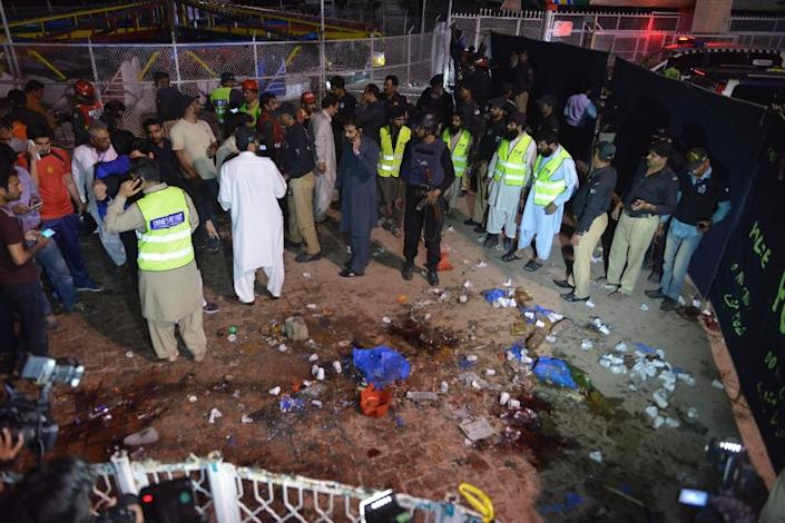 Rescuers and officials gather at a bomb blast site at a park in Lahore on March 27, 2016 (AFP Photo/Arif Ali)