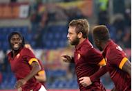AS Roma's Daniele De Rossi (C) celebrates after scoring a goal during their Italian Serie A match against Cesena, at the Olympic stadium in Rome, on October 29, 2014 (AFP Photo/Alberto Pizzoli)