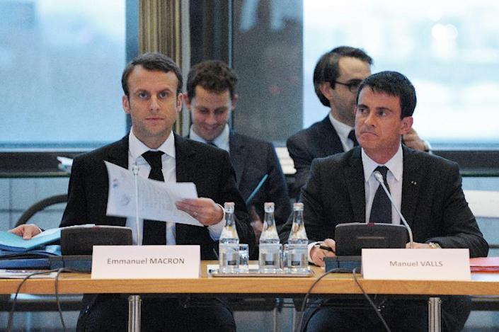 French Prime Minister Manuel Valls (R) and French Economy Minister Emmanuel Macron (L) attend a meeting on December 10, 2014 in Paris (AFP Photo/Eric Piermont)