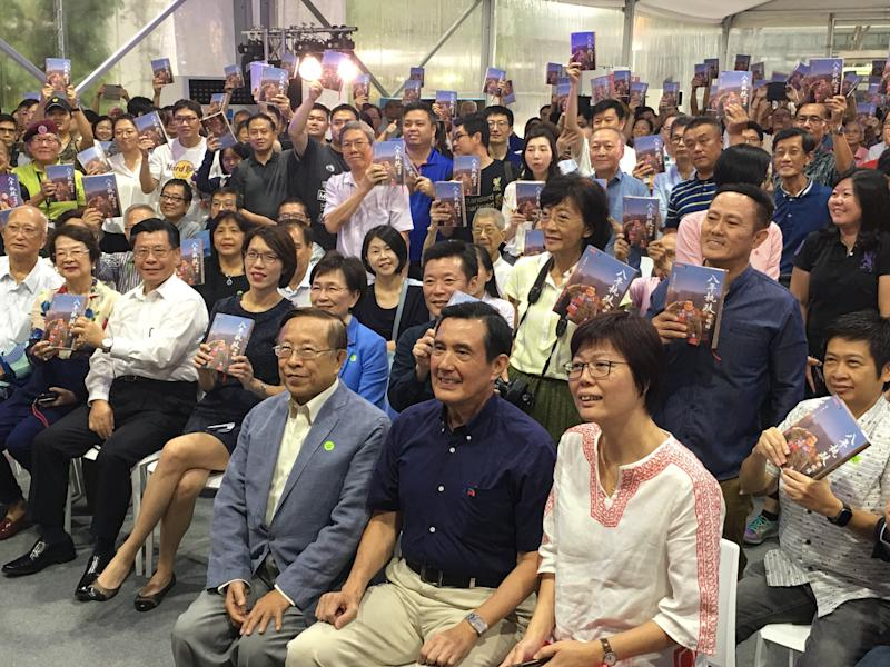 Former Taiwan president Ma Ying-jeou (front row, in blue shirt) with his book-signing session audience at the Singapore Book Fair at Capitol Singapore. (PHOTO: Chia Han Keong/Yahoo News Singapore)
