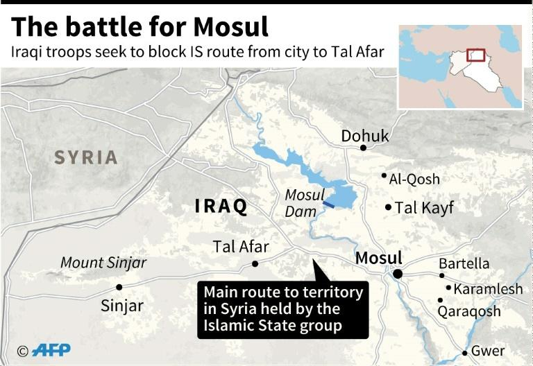 Displaced Iraqis flee the city of Mosul while Iraqi forces battle against Islamic State (IS) group jihadists to recapture the west of the city on February 28, 2017