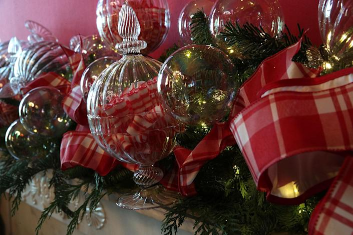 <p>Detail shot of Christmas decorations in the State Dining Room at the White House during a press preview of the 2017 holiday decorations in Washington, D.C., on Nov. 27, 2017. (Photo: Saul Loeb/AFP/Getty Images) </p>