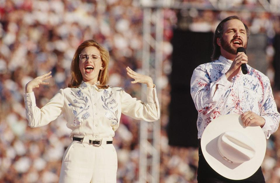 <p>Actress Marlee Matlin and Brooks kick off Super Bowl XXVII in 1993 by performing the national anthem together in Pasadena, California.</p>