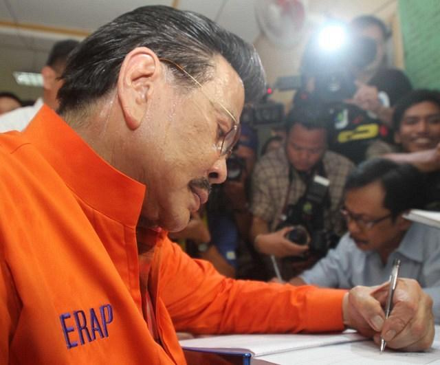 Former President Joseph Estrada files his certificate of candidacy for Manila mayor at the Commission on Elections office in Arroceros Street Oct. 2. (Mike Alquinto,  NPPA Images)