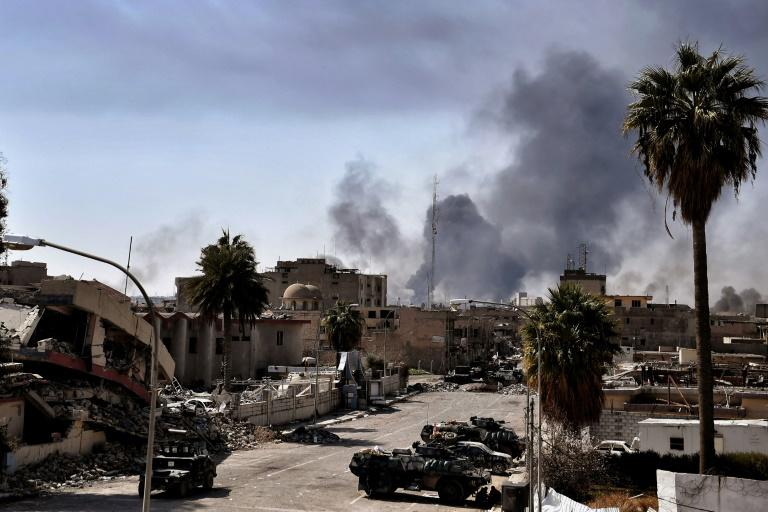 Smoke billows from fires in west Mosul, northern Iraq on March 7, 2017 as Iraqi troops battle against Islamic State (IS) group fighters to further advance inside the city