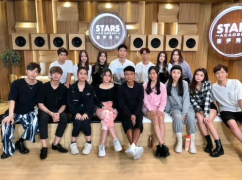 Hacken Lee with the contestants of 'STARS Academy'
