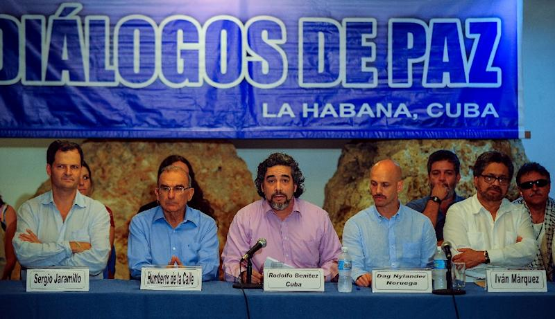 Cuban guarantor of the peace talks, Rodolfo Benitez (C), speaks during a press conference in Havana on June 4 , 2015 (AFP Photo/Yamil Lage)