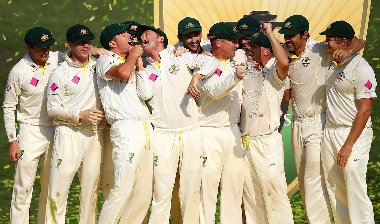 SYDNEY, AUSTRALIA - JANUARY 05: The Australian team celebrate with the urn after winning the test and the series 5-0 during day three of the Fifth Ashes Test match between Australia and England at Sydney Cricket Ground on January 5, 2014 in Sydney, Australia. (Photo by Matt King/Getty Images)