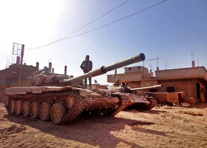 A Syrian army soldier stands atop a tank in a government-held part of Deir Ezzor, which is besieged by IS, on November 12, 2016 (AFP Photo/Ayham al-Mohammad)