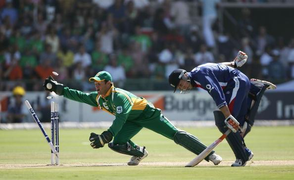 PORT ELIZABETH, SOUTH AFRICA - FEBRUARY 4:  Geraint Jones of England just avoids being run out by Mark Boucher of South Africa during the South Africa v England third One Day International match at St Georges Park on February 4, 2005 in Port Elizabeth, South Africa.  (Photo by Tom Shaw/Getty Images)