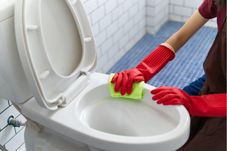 """<span class=""""attribution""""><a class=""""link rapid-noclick-resp"""" href=""""https://www.shutterstock.com/es/image-photo/asian-girl-red-rubber-gloves-cleaning-1232500942"""" rel=""""nofollow noopener"""" target=""""_blank"""" data-ylk=""""slk:Shutterstock / Hananeko_Studio"""">Shutterstock / Hananeko_Studio</a></span>"""