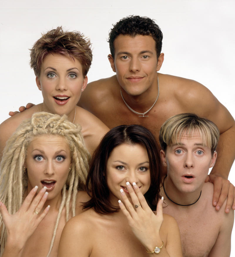 L-R (back) Claire Richards, Lee Latchford-Evans; (front) Faye Tozer, Lisa Scott-Lee and Ian 'H' Watkins of pop band Steps pose for a studio group portrait session in 1998 in London. (Photo by Mike Prior/Getty Images)
