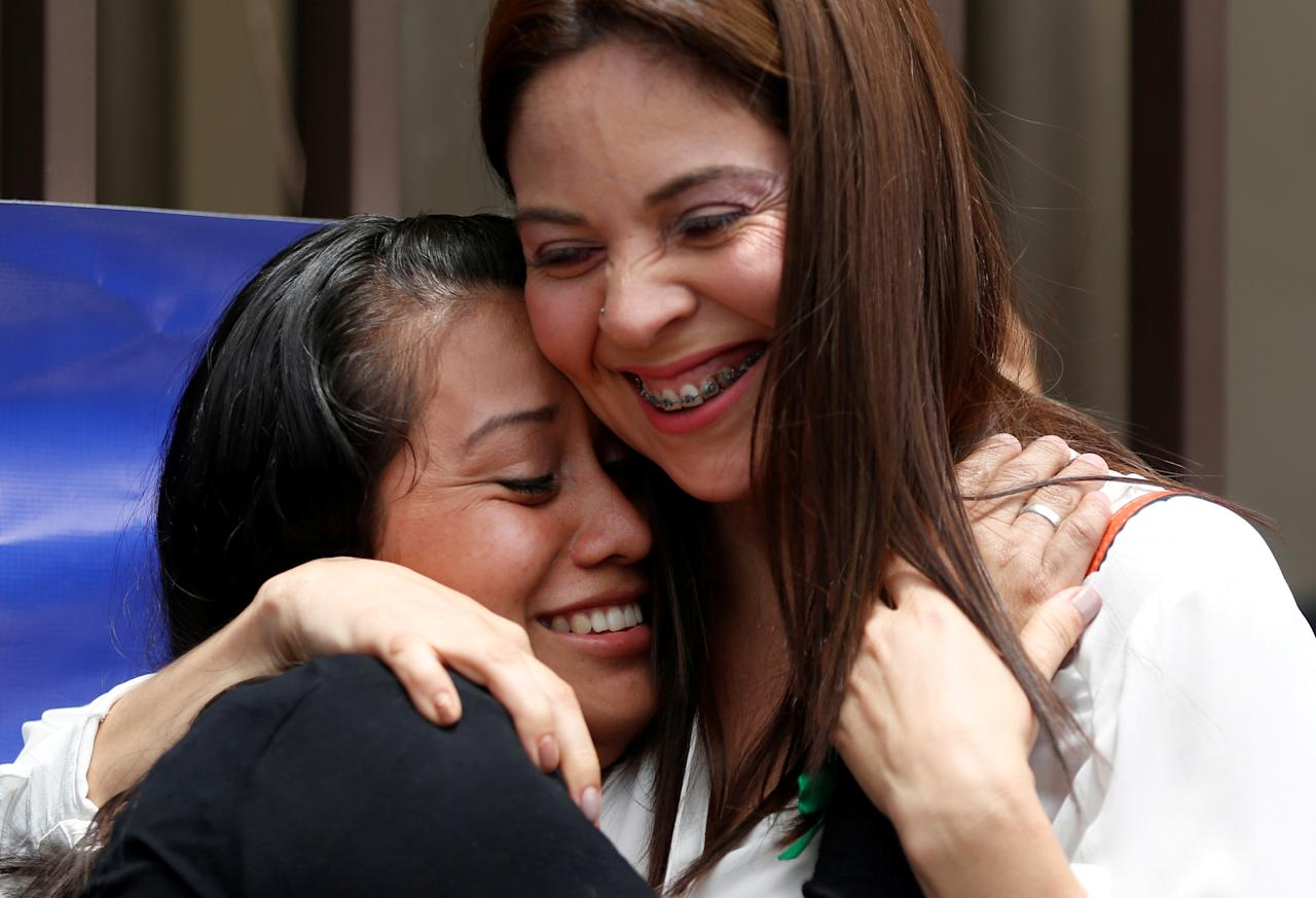 Evelyn Hernandez, who was sentenced to 30 years in prison for a suspected abortion, embraces her lawyer Bertha Deleon after being absolved at a hearing in Ciudad Delgado, El Salvador August 19, 2019. REUTERS/Jose Cabezas     TPX IMAGES OF THE DAY