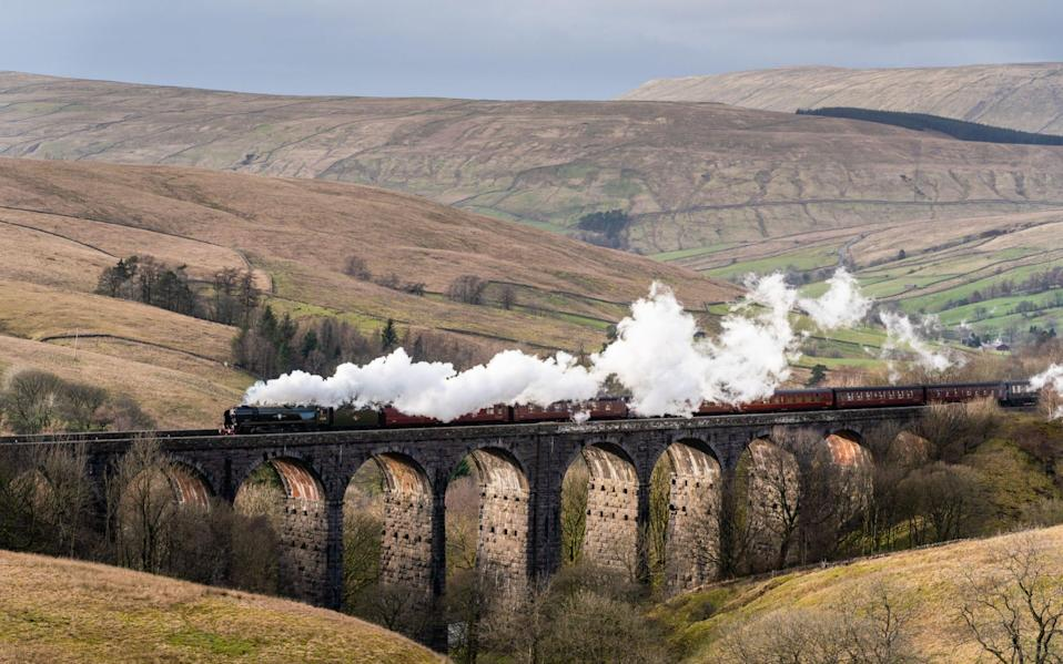 An S R Merchant Navy Class steam engine, built in 1945, on Dent Head Viaduct, Yorkshire - Christopher Middleton/Alamy