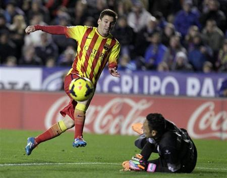 Barcelona's Lionel Messi (L) kicks the ball next to Levante's goalkeeper Keylor Navas during their Spanish First Division soccer match at the Ciudad de Valencia stadium in Valencia January 19, 2014. REUTERS/Heino Kalis