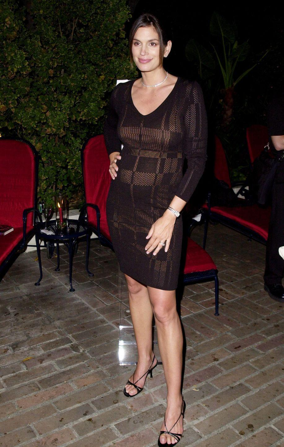 <p>Bodycon dresses, like this one on Cindy Crawford, became a go-to look for women wanting to show off their bumps.</p>