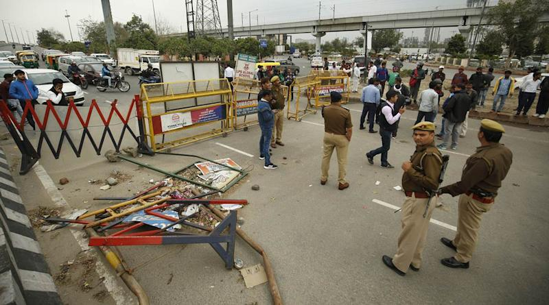shaheen bagh protests, shaheen bagh road blockade, shaheen bagh anti caa protests, shaheen bagh mediation, mahamaya flyover, up police remove barricades, indian express