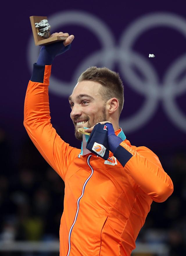 Speed Skating - Pyeongchang 2018 Winter Olympics - Men's 1000m competition finals - Gangneung Oval - Gangneung, South Korea - February 23, 2018 - Gold medalist Kjeld Nuis of the Netherlands celebrates during the victory ceremony. REUTERS/Lucy Nicholson