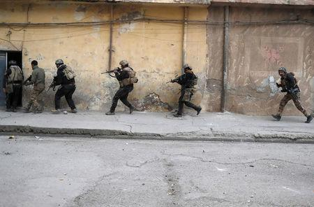 Iraqi special forces soldiers run during a battle with Islamic State militants in Mosul