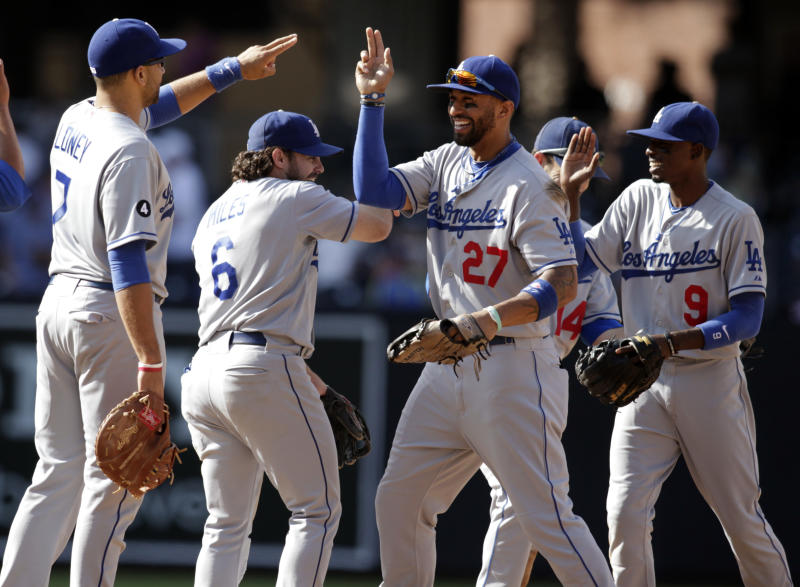 Matt Kemp (27) de los Dodgers de Los Angeles celebra con sus compañeros James Loney (7), Aaron Miles (6), Jamey Carroll (14) y Dee Gordon (9) tras el partido con los Padres de San Diego el domingo 25 de septiembre de 2011.  (AP Foto/Chris Park)