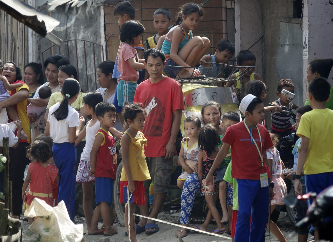 FRM04. Manila (Philippines), 15/02/2019.- A crowd of Filipino children is seen during a nationwide response program to immunization people at a slum area in Manila, Philippines, 16 February 2019. According to reports, an intensive vaccination program has been launched in Metro Manila and other affected areas to fight the measles outbreak. More than 70 people, mostly children under four-years of age, have been confirmed dead from the measles outbreak and over 4,300 people have fallen ill. (Filipinas) EFE/EPA/FRANCIS R. MALASIG