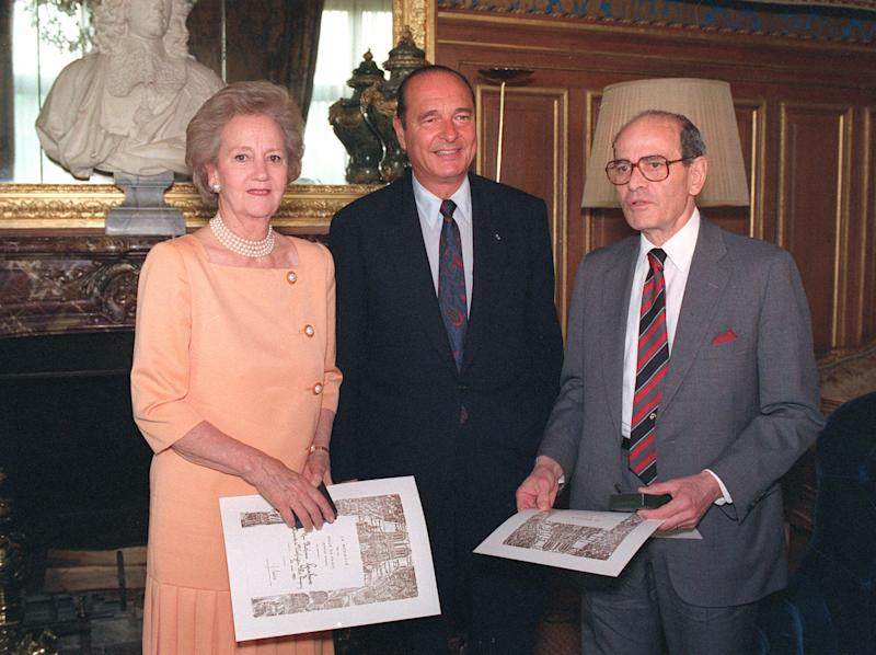 FILE - In this May 26, 1992 file photo, Paris Mayor Jacques Chirac, poses for a photo while flanked by Washington Post Company President Katharine Graham, left, and New York Times Company President Arthur Ochs Sulzberger, after awarding them the Paris City Medal, in Paris. Sulzberger has died at age 86. The newspaper reports that his family says Sulzberger died Saturday, Sept. 29, 2012, at his home in Southampton, N.Y., after a long illness. He had retired in 1992 after three decades at the paper's helm and was succeeded by his son, Arthur Jr. (AP Photo/Jose Goita)