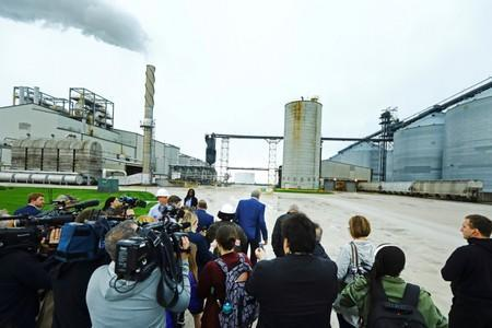 FILE PHOTO: Democratic 2020 U.S. presidential candidate and New York City Mayor Bill de Blasio leaves a press gaggle after touring a POET ethanol plant with former U.S. Secretary of Agriculture Tom Vilsack in Gowrie