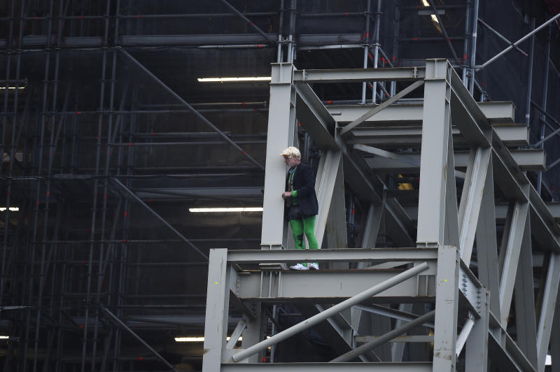 LONDON, ENGLAND - OCTOBER 18: Extinction Rebellion activist Ben Atkinson climbs scaffolding on Big Ben at the Houses of Parliament in Westminster on October 18, 2019 in London, England. (Photo by Peter Summers/Getty Images)