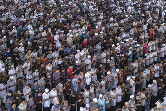 Muslim men attend a Friday prayer despite concerns of the new coronavirus outbreak, at a mosque during the first day of the holy fasting month of Ramadan in Lhokseumawe, in the religiously conservative province of Aceh, Indonesia, April 24, 2020. (AP Photo/Zik Maulana)