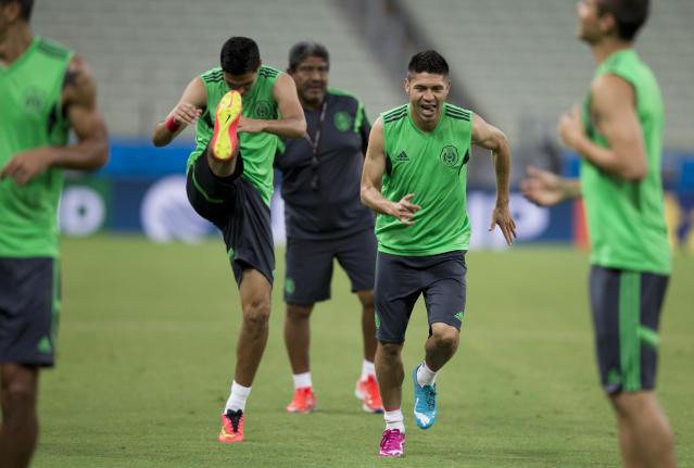 Mexico's Oribe Peralta, second right, trains during an official training session the day before the group A World Cup soccer match between Brazil and Mexico, at the Arena Castelao in Fortaleza, Brazil, Monday, June 16, 2014. (AP Photo/Eduardo Verdugo)
