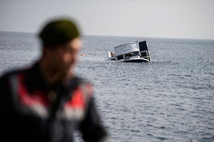 A sunken boat off the Turkish coast in Canakkale's Bademli district on January 30, 2016 (AFP Photo/Ozan Kose)
