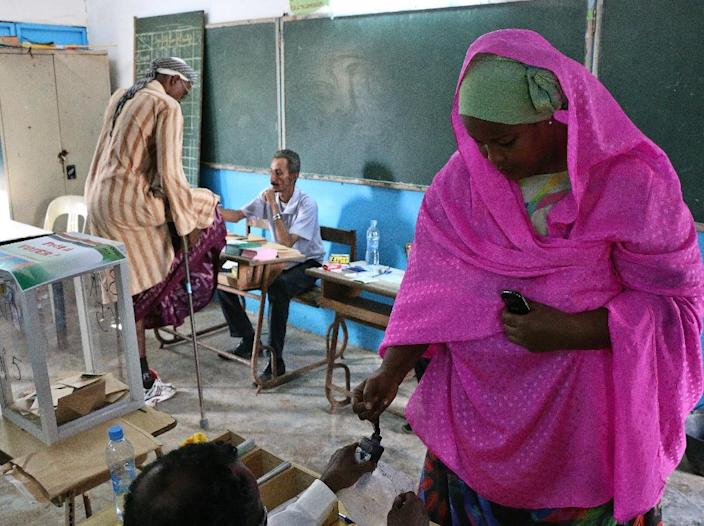 """A woman gets ink put on her finger after casting her ballot on April 8, 2016 at a polling station near capital Djibouti's port of """"Zone portuaire sud"""" (ZPS) (AFP Photo/Karim Lebhour)"""