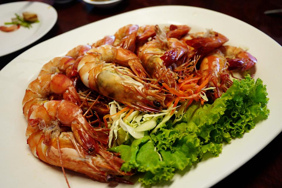 "<b>Don Hoi Lord seafood market</b><br><p><b>Where you'll feast on the freshest seafood!</b></p><p>You can't visit Hua Hin and not have a splendid seafood meal. So it's off to Don Hoi Lord, we say! Translated as ""Razor Clam Seaside"", Don Hoi Lord is easily accessible on your way from Bangkok to Hua Hin. In fact, it's just a short drive away from Maeklong Railway Market. Just look out for the 65KM marker and turn off at the Don Hoi Lord exit.</p>"