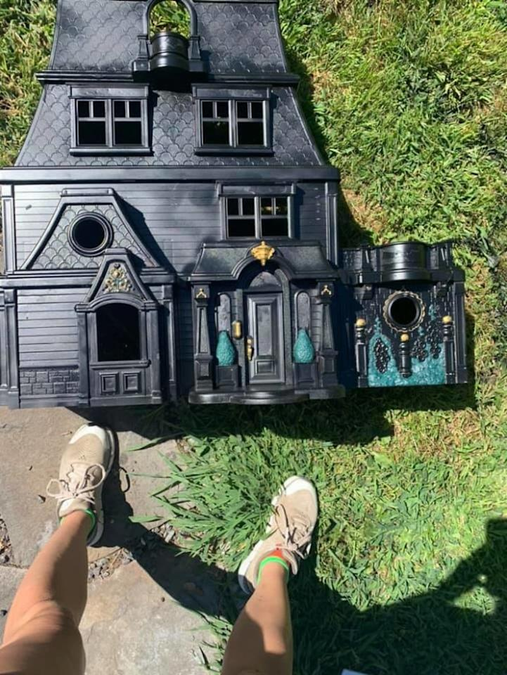 "Samantha explica a <a href=""http://cafemom.com/lifestyle/woman-transforms-thrifted-doll-houses-into-spooky-mansions-for-halloween/her-adorable-doll-house-turned-into-this-insanely-cool-creation"">'CafeMom'</a> que tarda entre cinco y nueve horas en completar cada una de sus espeluznantes mansiones, dependiendo de la cantidad de detalles. (Foto: Facebook / <a href=""http://www.facebook.com/littlehobbitsamm/posts/10220398903300078"">Samantha Browning</a>)."