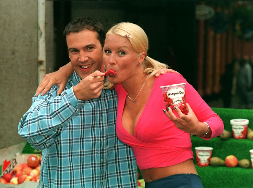 "PA NEWS PHOTO 4/6/98  CHANNEL 4 TELEVISION'S ""THE BIG BREAKFAST"" PRESENTERS JOHNNY VAUGHAN AND DENISE VAN OUTEN LAUNCH THE NEW HAAGEN DAZS SORBET RANGE AT LONDON'S COVENT GARDEN"