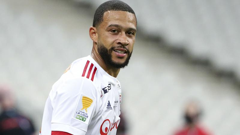 Barcelona must sell before Depay can sign, claims Koeman