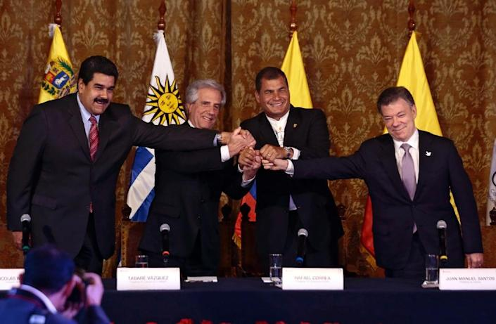 (L-R) Venezuelan President Nicolas Maduro, Uruguayan President Tabare Vazquez, Ecuadorean President Rafael Correa and Colombian President Juan Manuel Santos hold hands after a meeting in Quito on September 21, 2015 (AFP Photo/Juan Cevallos)