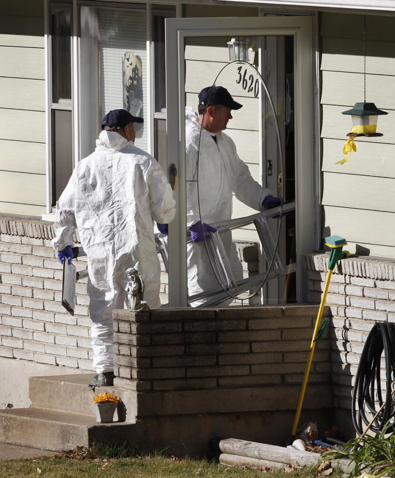 Investigators carry a ladder into the home of missing baby Lisa Irwin in Kansas City, Mo., Wednesday, Oct. 19, 2011. (AP Photo/Orlin Wagner)