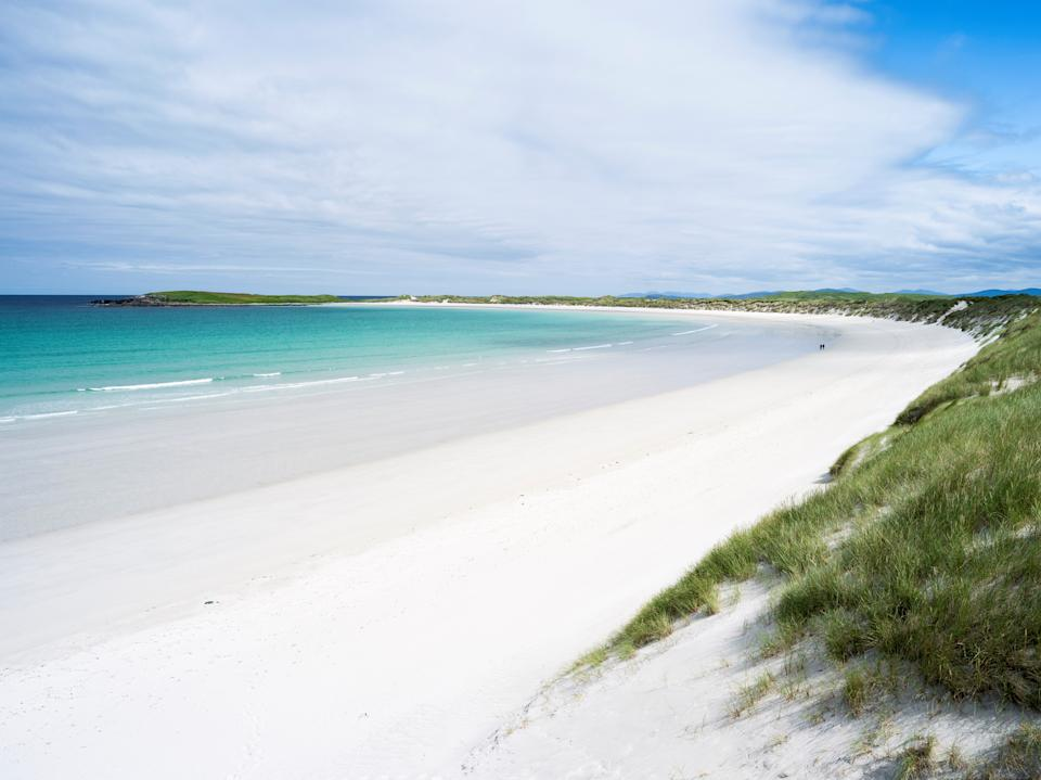 Landscape on the island of North Uist (Uibhist a Tuath) in the Outer Hebrides. Sandy beach with dunes near Solas. Europe. Scotland. June. (Photo by: Martin Zwick/REDA&CO/Universal Images Group via Getty Images)