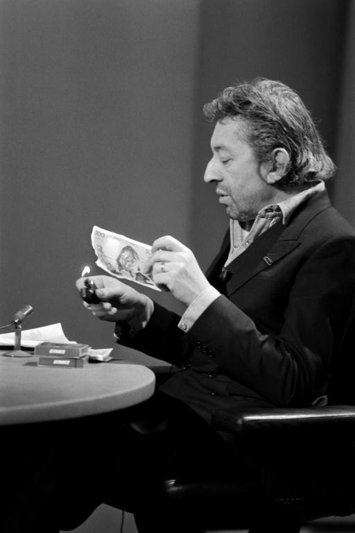 Gainsbourg burned the 500-franc bank note in protest at high taxes (AFP/PHILIPPE WOJAZER)