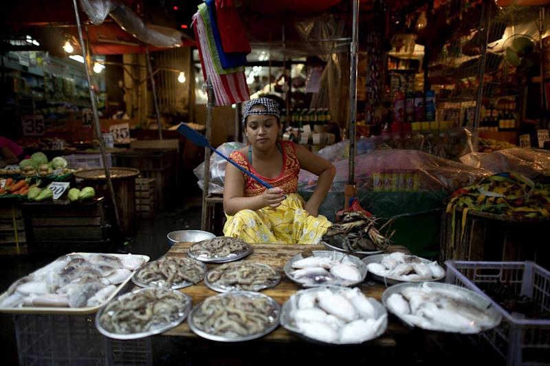 A sea-food vendor waits for customers at a wet market in Manila, the Philippines, on August 28, 2014 (AFP Photo/Noel Celis)